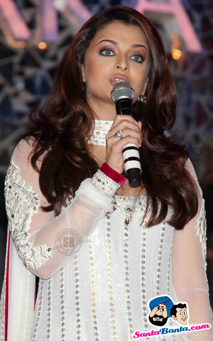 How NOT to Apply Bronzer: Aishwarya Rai at Apsara Awards
