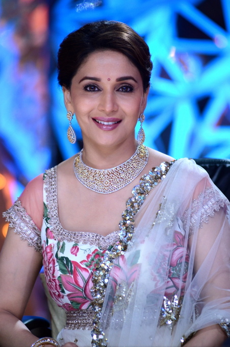 Madhuri Dixit on Jhalak : Is it Really Fair to Look This Gorgeous?